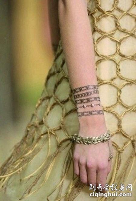 女手手臂手链纹身