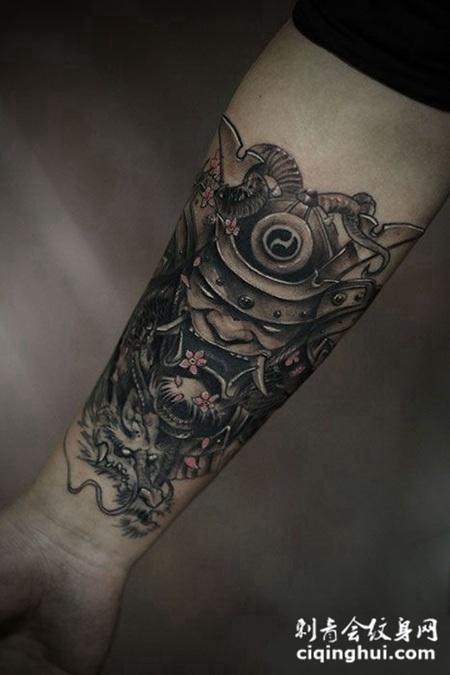 黑灰武士和龙手臂纹身图案