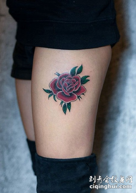 女子腿部彩绘玫瑰花纹身图案图片