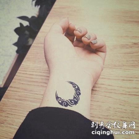 女生手腕月亮图腾纹身图案