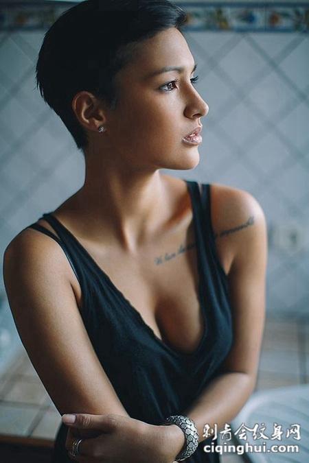 帅气女生胸部性感英文纹身图案
