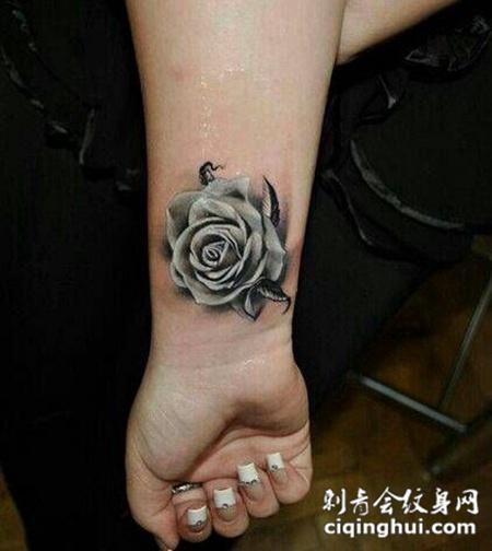 手腕灰白色玫瑰花纹身图案
