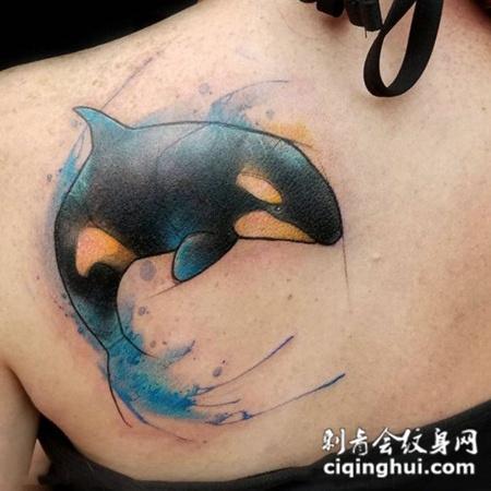 一跃而起,后背鲸鱼彩绘纹身