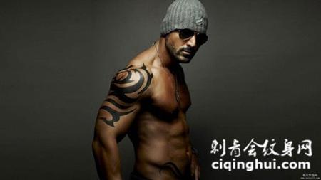 纹身肌肉男侧着的图片高清大图