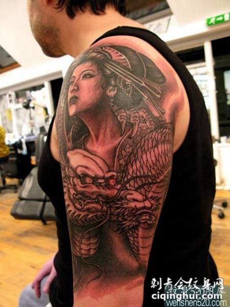 日本美女与手臂图腾龙纹身图案大全图片