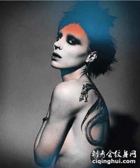 欧美女人龙纹身背部图片欣赏