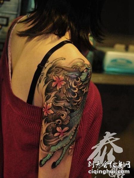 女生手臂麒麟纹身图案欣赏