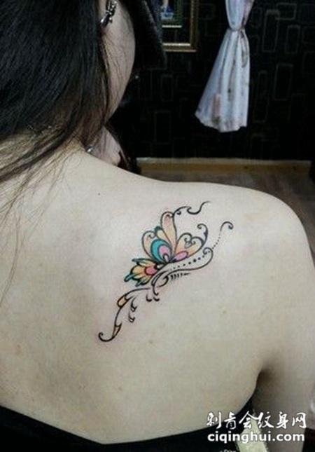 女生后肩可爱的蝴蝶图案纹身作品