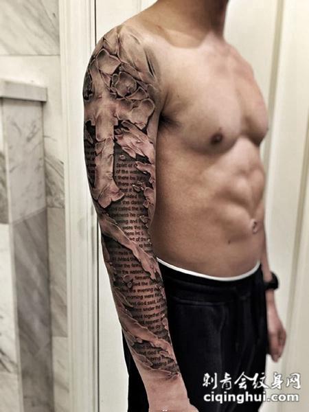 风化的教条,十字架d石裂花臂纹身