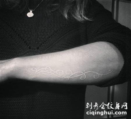 手臂上简单的花纹鸽子血纹身