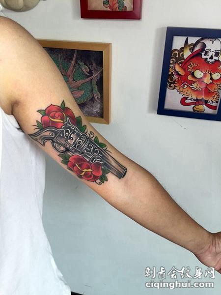 手臂写实风白玫瑰纹身图案或者朦胧的性感,美女锁骨处隐形玫瑰纹身.