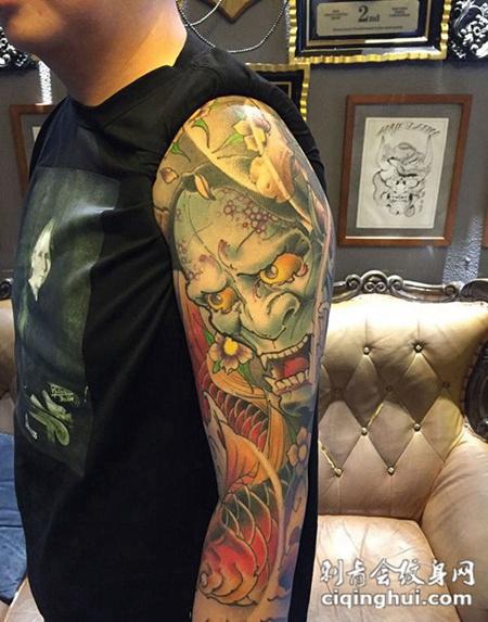 如果您喜欢现在这张爱恨交错怨犹在,大臂般若与鲤鱼彩绘纹身,您可能还会喜欢纳福招财,满背日式鲤鱼彩绘纹身或者送福锦鲤,手臂传统鲤鱼莲花创意纹身。 图片属性