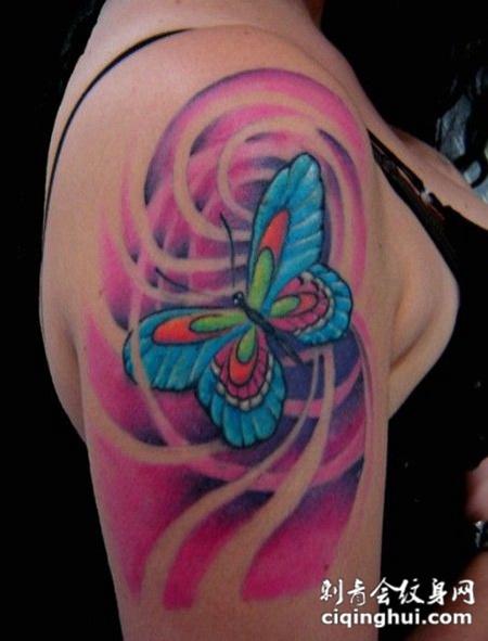 女生手臂上彩色的蝴蝶纹身图案