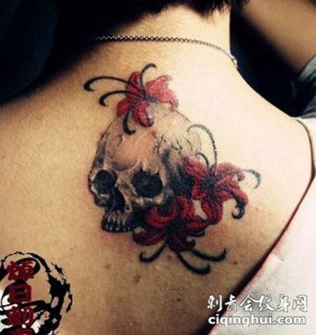 彩色纹身背部骷髅彼岸花纹身图片