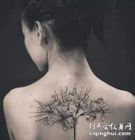 女生背部彩色彼岸花纹身图片