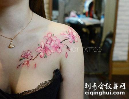 竹外桃花三两枝,美女披肩桃花彩绘纹身