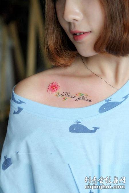 清新花之语,美女锁骨鲜花英文个性纹身(图片编号:1332