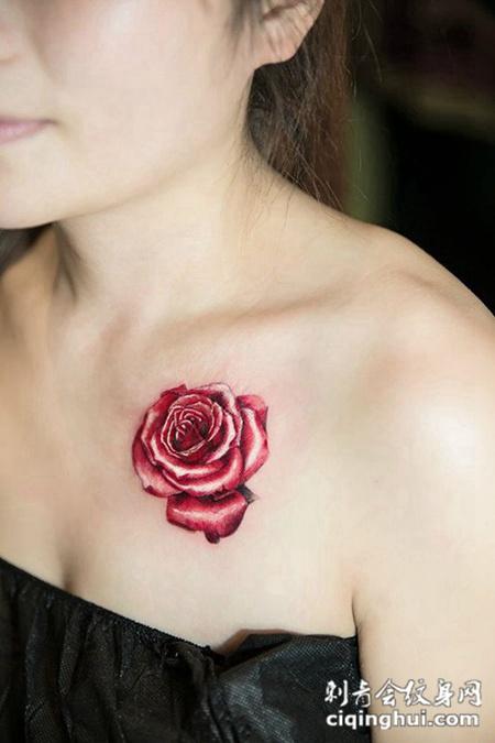 艳丽如花,美女锁骨玫瑰花彩绘纹身