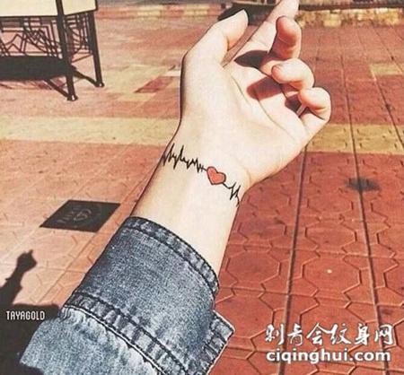 女生手腕爱心小纹身图片