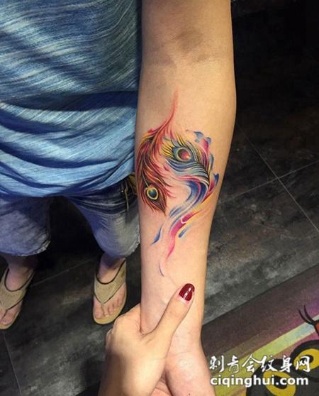 凤毛麟角,手臂颜色鲜艳的凤凰羽毛纹身图片