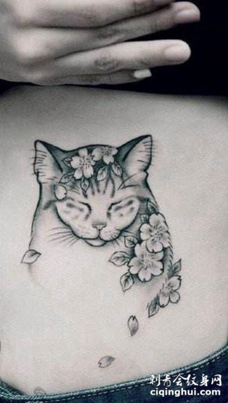 女生腹部个性的猫咪纹身图片
