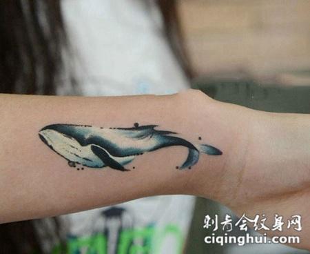 活灵活现的鲸鱼手臂纹身图案