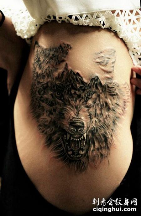 狼啸山林,侧腰狼头写实纹身