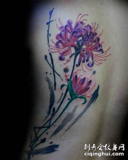 女生背部彩色的彼岸花纹身图片