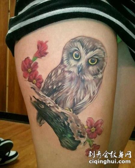 女性大腿猫头鹰纹身图案