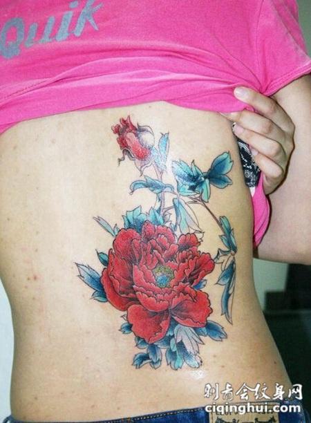 后腰玫瑰和牡丹花纹身图案