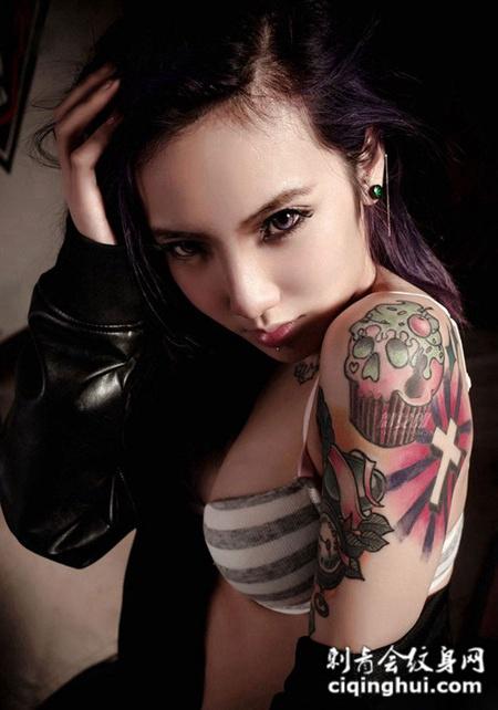 霸气美女手臂彩色纹身图片