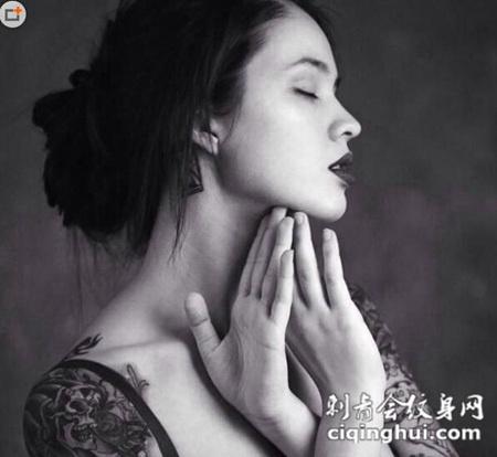 气质美女黑白纹身图片