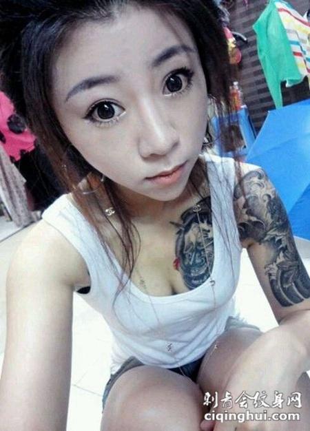 妩媚美女个性纹身图片