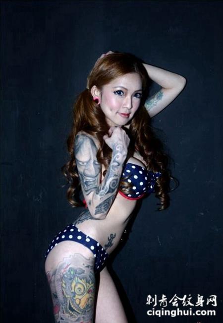 内衣模特个性彩色纹身图片