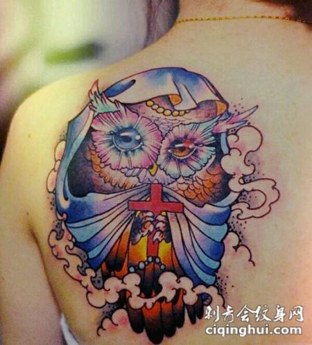 背部拿着十字架的猫头鹰纹身