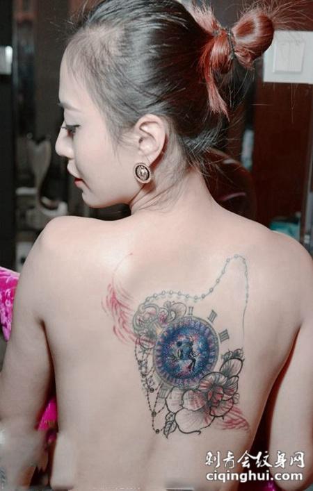 美女背部个性纹身图片