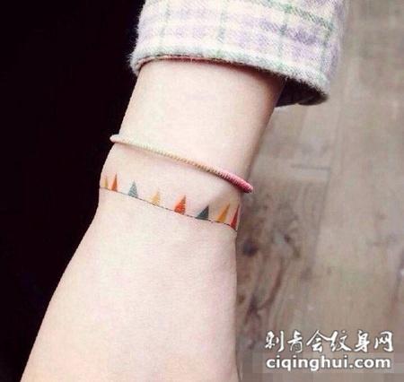 女生手腕彩色手链纹身图案