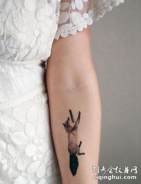 可爱迷人的手臂狐狸纹身图案