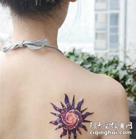 女生背部太阳图腾纹身图片