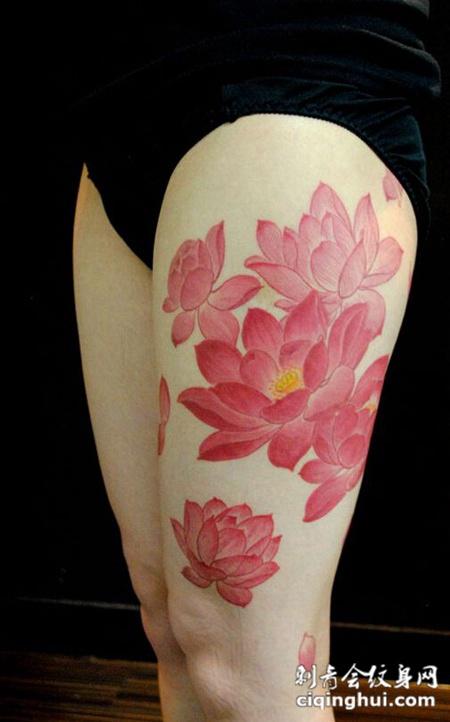 白皮肤大腿嫩红色荷花和花瓣纹身