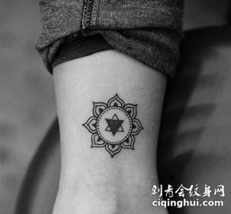 手腕梵花图腾纹身图片