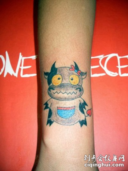 手腕上动感可爱的小牛纹身