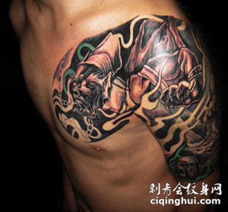 半甲纹身男生肩部图案图片
