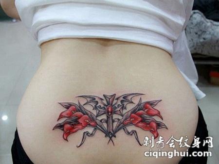 性感后腰上十字架和鲜花纹身