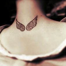 颈部翅膀纹身图案女生