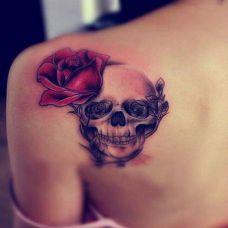 女生肩上纹身图案花朵