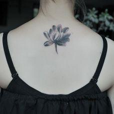 女生后颈荷花纹身图片素材