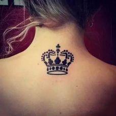 女生后背纹身皇冠图案