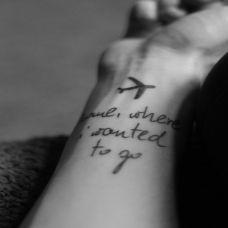 男生手臂黑白英文飞机纹身图案