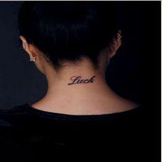 有个性的女生颈部英文纹身图片
